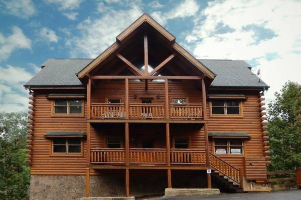 Mountain Movie Inn 6 Br cabin by RedAwning