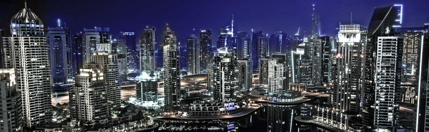 Capitale de l'Emirat de Dubai, elle fut pourtant longtemps un port insignifiant en Arabie. Aujourd'hui, elle attire le monde entier grâce à ses innovations et projets hors du commun.