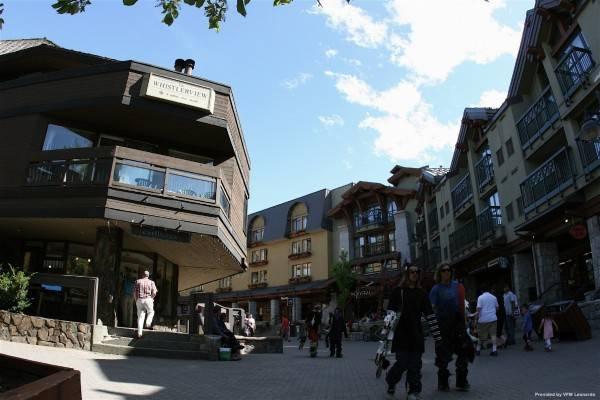 Hotel Raintree's Whiski Jack At Whistlerview Whistler