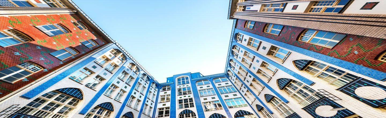 Besucher erwartet ein einzigartiger Mix aus Kunst, Kultur, Wohnen, Gewerbe und Gastronomie: Buchen auch Sie ihr Hotel nahe der Hackeschen Höfe in Berlin.