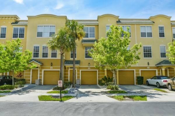 Hotel Vista Cay by Orlando Resort Rentals on Universal Boulevard