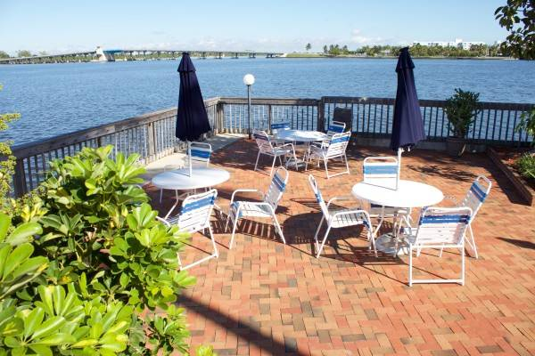 Hotel Palm Beach Waterfront Suites