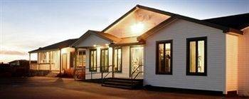 Shallow Bay Motel & Cabins