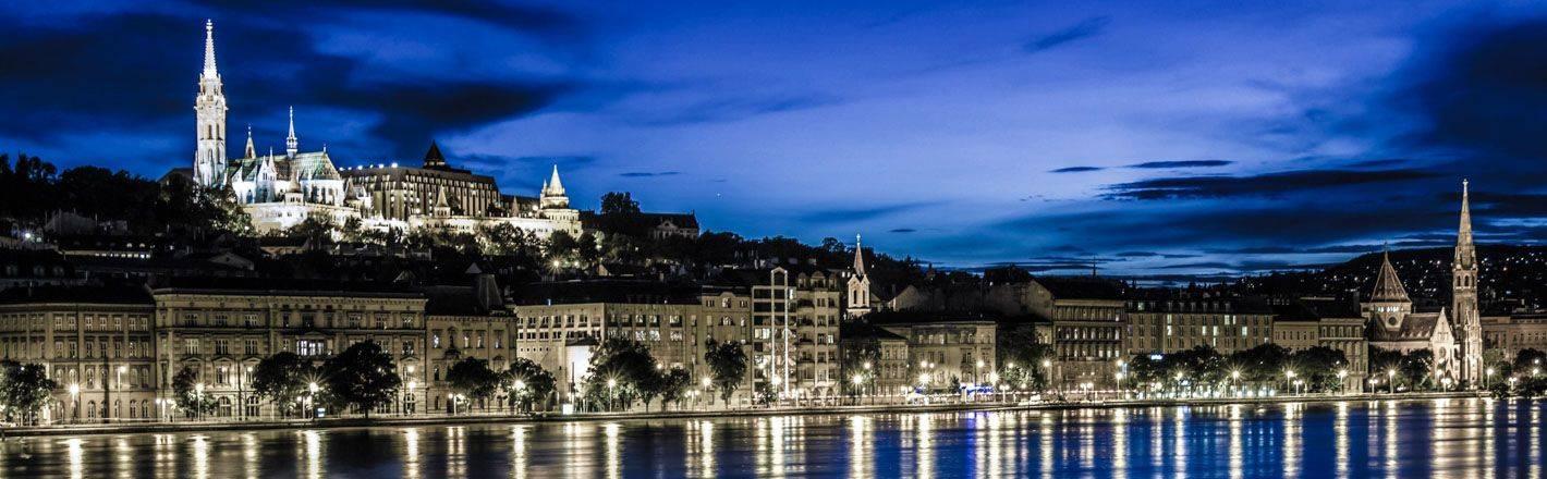 Prenotate un hotel a Budapest per immergervi nello scenario incantevole di una città ricca di fascino e tradizione, dalle architetture maestose e suggestive.