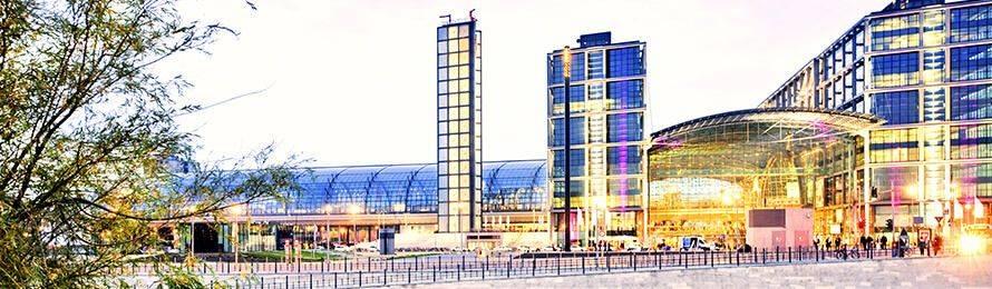Mitten in Berlin liegt der Berliner Hauptbahnhof als größter Kreuzungsbahnhof Europas. Buchen Sie noch heute Ihr Hotel am Hauptbahnhof Berlin über HRS.de!