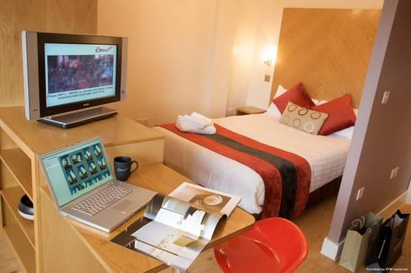 Roomzzz Leeds City West ApartHotel Serviced Apartment