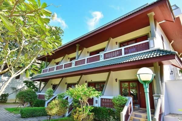 Hotel First Bungalow Beach Resort