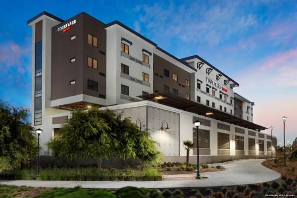 Hotel Courtyard Redwood City