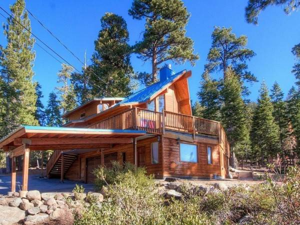 Hotel Spectacular Home with a Lake View and is Pet Friendly by RedAwning