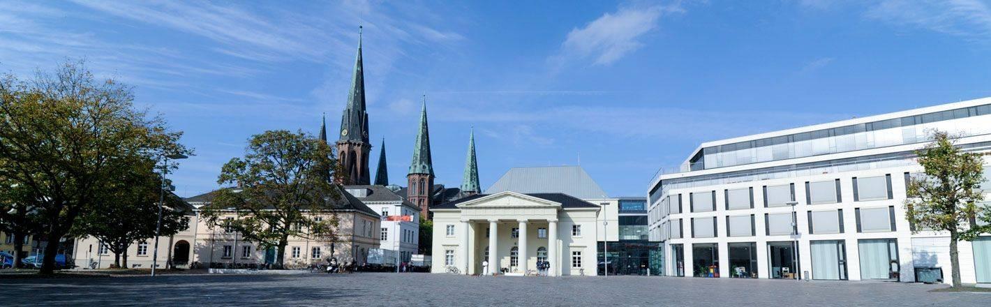 Oldenburg ist eine Stadt der Gegensätze. Der historische Stadtkern zeugt von einer grandiosen Geschichte und die Gegenwart präsentiert sich mit hochkarätigen Forschungsanstalten.