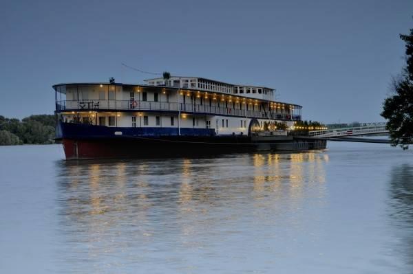 Aquamarina Boat & Event Hotel