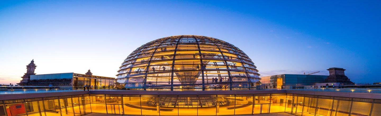 Nach einer wechselvollen Geschichte befindet sich der Bundestag seit 1999 wieder in Berlin. Buchen Sie jetzt mit HRS Ihr Hotel am Deutschen Bundestag!