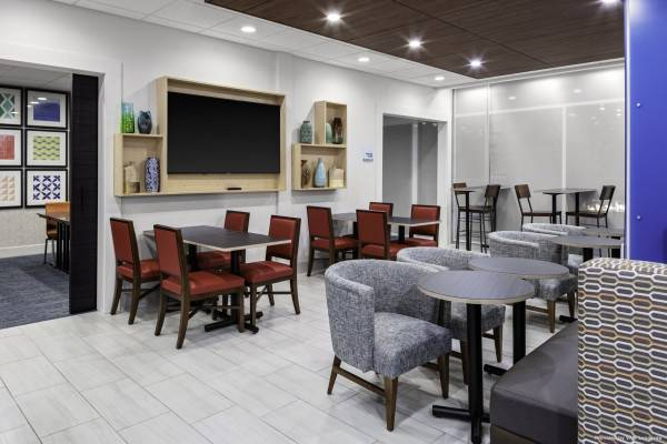 Holiday Inn Express & Suites WILMINGTON WEST - MEDICAL PARK