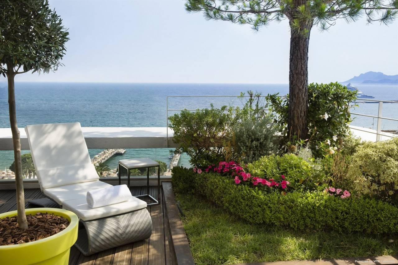Le Grand Hotel Cannes Provence Alpes Cote D Azur At Hrs With Free Services